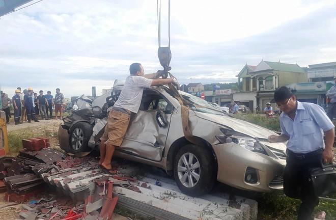 Tàu hỏa tông nát ô tô, 4 người thương vong ảnh 2