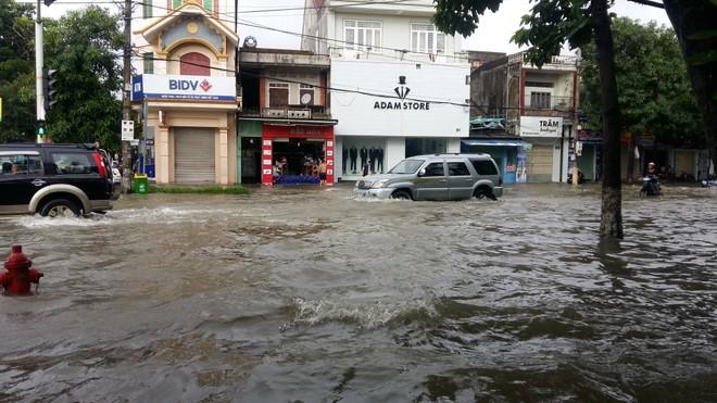 Mưa lớn kéo dài khiến nhiều tuyến phố ở TP. Vinh bị ngập