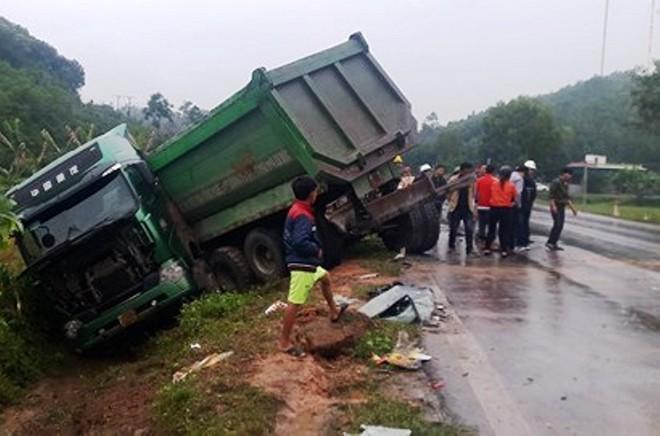 Chiếc xe tải lao xuống ruộng bên đường hư hỏng nặng sau va chạm