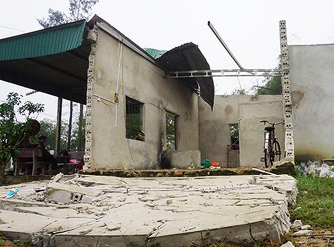 Ngôi nhà của gia đình ông Hường đổ nát sau vụ nổ