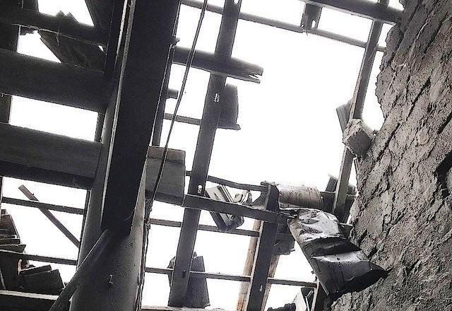 Phần mái nhà của gia đình ông Diều bị hư hỏng sau vụ nổ