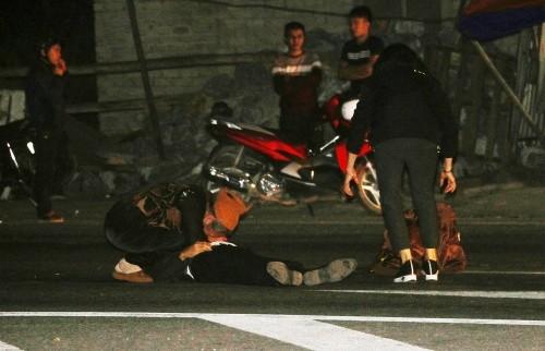 Tận mắt nhìn thấy chồng bị xe tông tử vong, người vợ chỉ biết gào khóc giữa đường