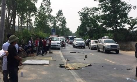 Theo thông tin ban đầu, vụ tai nạn xảy ra vào lúc 12h 30' ngày 4-4, xe buýt hãng Đông Bắc mang BKS: 37B - 000.95 đang lưu thông theo hướng Thanh Chương - Vinh. Khi đến đoạn đường gần cây xăng Nam Thái, xã Nam Thái, huyện Nam Đàn, thì va chạm với 1 chiếc xe máy mang BKS 37E1 - 382.39 chở 3 nam thanh niên đi ngược chiều.