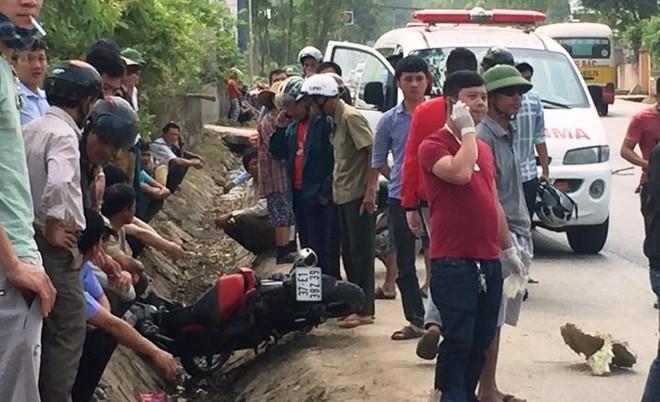 Chiếc xe máy của các nạn nhân lao xuống mương sau va chạm