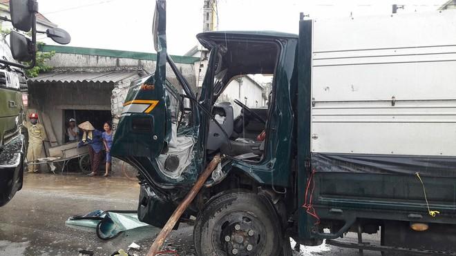 Hai ô tô tải tông nhau, một tài xế mắc kẹt trong cabin ảnh 2