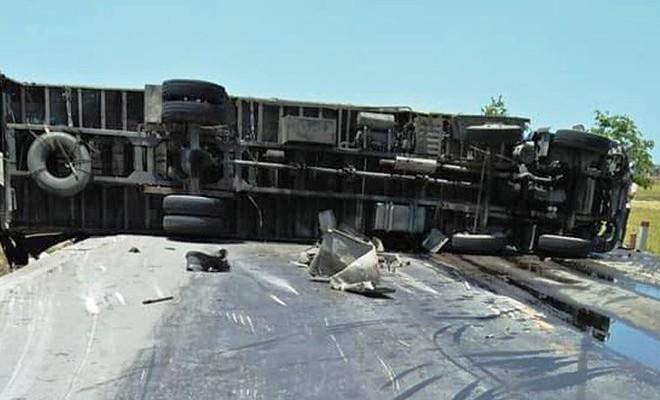 Khi đến đoạn đường trên, tài xế khách nhìn thấy 2 chiếc xe container chạy ngược chiều phía trước đang vượt nhau. Dù tài xế xe khách đánh lái tránh nhưng vẫn xảy ra va chạm với một chiếc container rồi lao xuống ruộng.