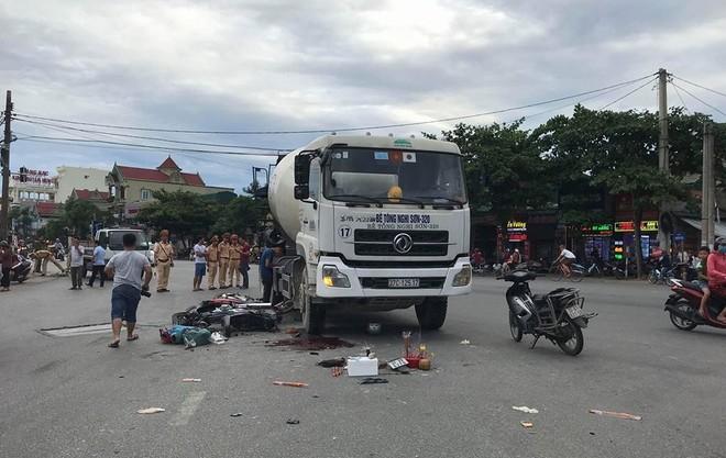 Va chạm xe máy rồi ngã ra đường, người phụ nữ bị xe bồn cán tử vong