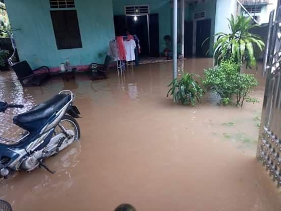 Nhiều nhà dân ở thị trấn Quỳ Hợp cũng chìm trong biển nước