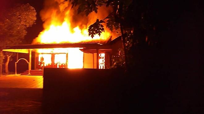 Lửa cháy đùng đùng giữa đêm thiêu rụi một căn nhà ảnh 1