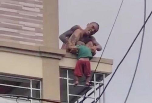 Hình ảnh Lê Ngọc Hà liên tục quăng quật con trai mình khiến cháu bé sợ hãi khóc thét (ảnh cắt từ clip)