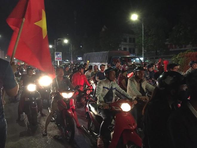 Hàng ngàn người dân tràn ra đường ăn mừng chiến thắng