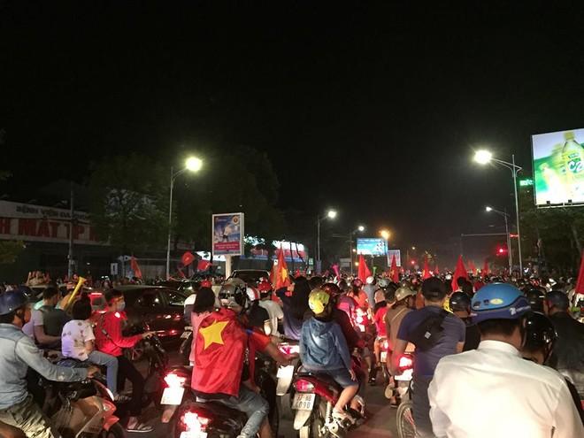 """Không khí hết sức sôi động, nhiều người cho biết, nếu Việt Nam vô địch AFF cup 2018 thì """"bão"""" sẽ còn lớn hơn nữa"""