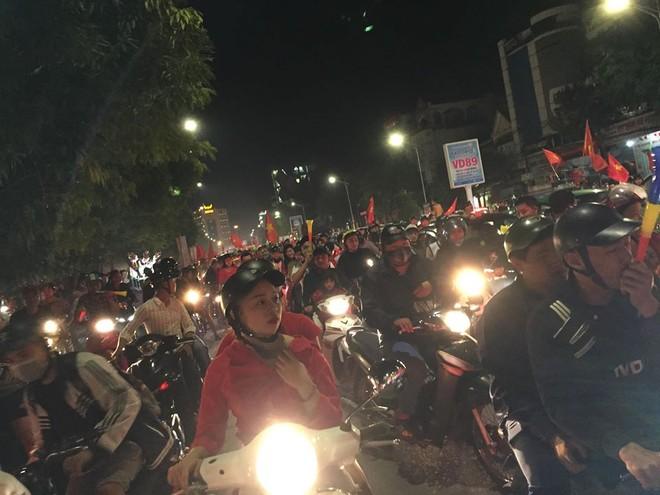 """Việt Nam chiến thắng, người dân TP. Vinh đi """"bão"""" ăn mừng"""