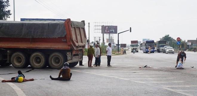 Vụ tai nạn xảy ra vào hồi 11h15' cùng ngày tại ngã ba Nam Cấm thuộc xã Nghi Xá, huyện Nghi Lộc, tỉnh Nghệ An. Vào thời điểm đó, tài xế Nguyễn Văn Thanh (SN 1985) trú huyện Nghĩa Đàn, Nghệ An, điều khiển xe ô tô tải mang BKS: 37C-167.16 lưu thông hướng Diễn Châu về Cửa Lò. Khi đi đến địa điểm trên đã xảy ra va chạm với xe máy mang BKS: 37F1-805.63 do ông Hòa điều khiển lưu thông theo hướng ngược lại.