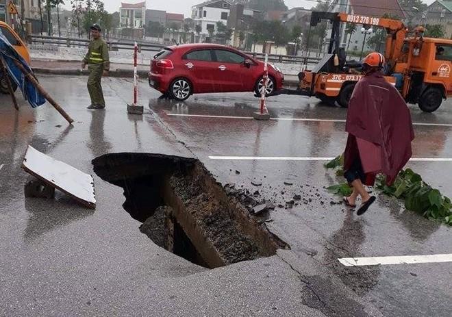 Mặt đường sụt lún nghiêm trọng tạo thành hố tử thần sau cơn mưa lớn kéo dài