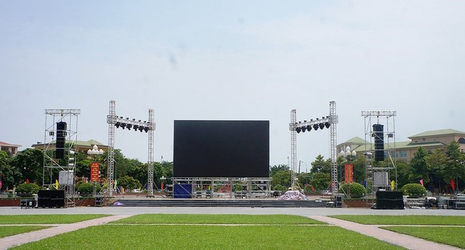 Để phục vụ người xem trận chung kết lượt đi, một màn hình rộng sẽ được lắp đặt ở Quảng trường Hồ Chí Minh