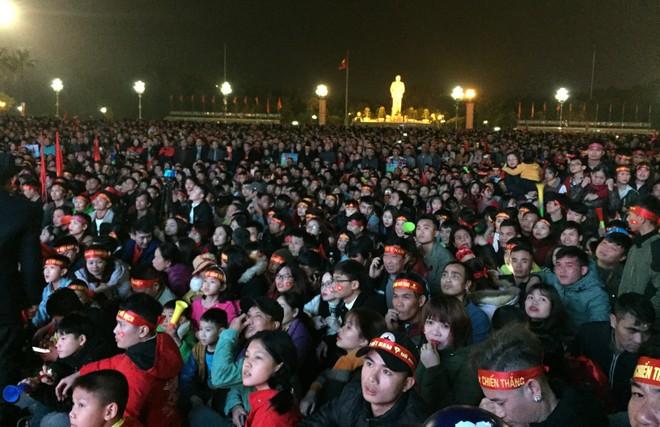 Hàng ngàn người dân tập trung ở Quảng trường Hồ Chí Minh để theo dõi trận chung kết lượt về giữa Việt Nam và Malaysia trên sân Mỹ Đình qua màn ảnh rộng