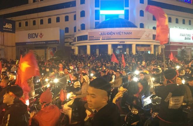 Ngay khi tiếng còi kết thúc trận đấu vang lên với chiến thắng thuộc về Viêt Nam, người dân đồng loạt đổ ra đường ăn mừng