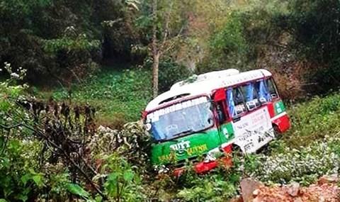 Khi chạy đến dốc Cao, xã Lĩnh Sơn, chiếc xe buýt này xảy ra va chạm với xe tải mang BKS: 37C-193.95 kéo theo rơ-moóc mang BKS: 37R-014.75 chạy ngược chiều.