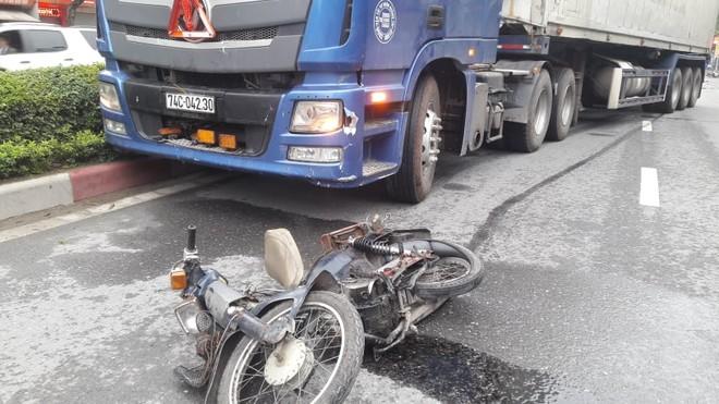 Chiếc xe máy của nạn nhân bị xe container đẩy đi một đoạn rất dài