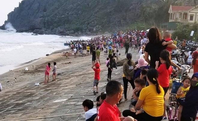 Trước đó, do nhà trường cho nghỉ học, một nhóm 4 học sinh rủ nhau ra biển tắm mát. Trong lúc tắm, cháu Huy không may đuối nước rồi mất tích.
