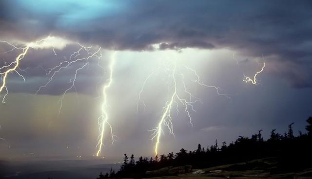 Vào chòi trú mưa nhưng hai vợ chồng anh Lâu bị sét đánh trúng (ảnh minh họa)