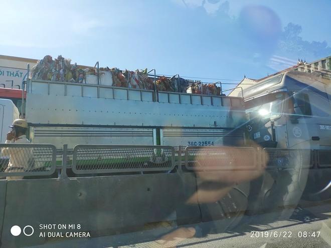 Do sự việc quá bất ngờ khiến hai chiếc xe tải đi phía sau đâm liên hoàn vào nhau (ảnh: DD)