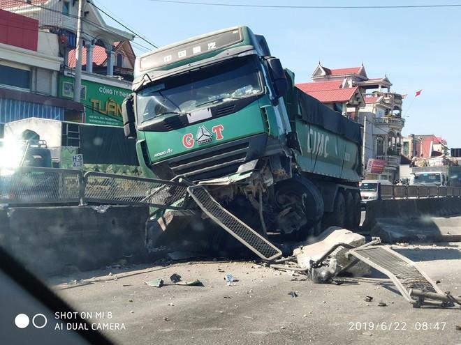 Hiện trường nơi chiếc xe tải đâm sầm vào dải phân cách do tài xế đánh lái tránh xe máy (ảnh: DD)