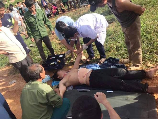 Nạn nhân được băng bó vết thương rồi chuyển vào bệnh viện cấp cứu
