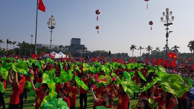 Quảng trường Hồ Chí Minh rợp cờ hoa và những tiếng hô vang cổ vũ tinh thần cho Trung