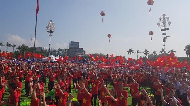 Hàng trăm cổ động viên có mặt tiếp sức cho Trần Thế Trung