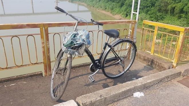 Chiếc xe đạp của nạn nhân được phát hiện trên cầu