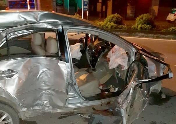 Chiếc xe 4 chỗ nát bét sau cú va chạm mạnh với xe khách