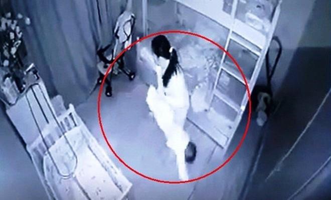Phẫn nộ người giúp việc dốc ngược bé gái 14 tháng tuổi vì không chịu ngủ