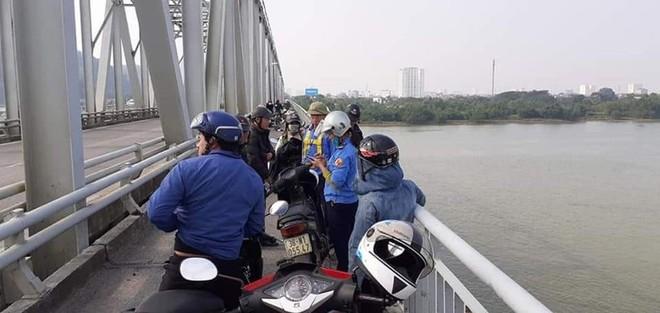 Rất nhiều người dân tập trung trên cầu Bến Thuỷ theo dõi lực lượng tìm kiếm tìm anh Th.