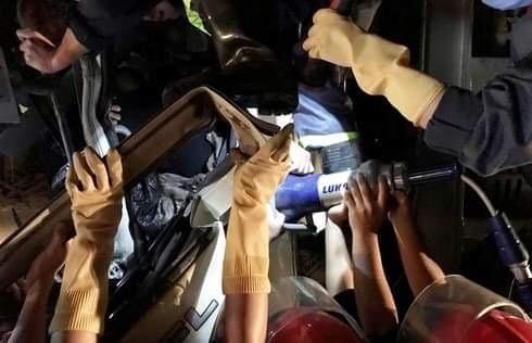 Lực lượng chức năng giải cứu tài xế ra khỏi cabin chiếc xe bị nạn