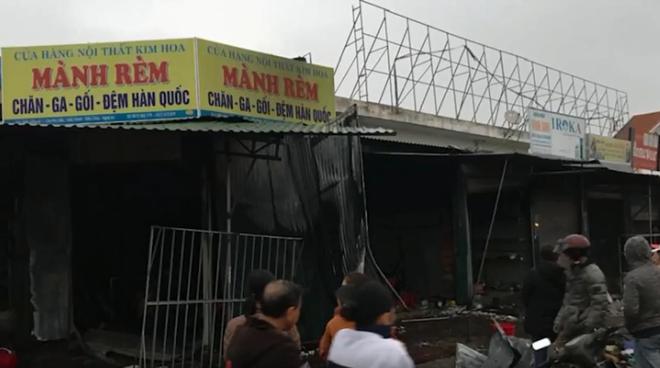 Sau hơn 2 tiếng nỗ lực, đám cháy được khống chế, nhiều ki ốt bị thiêu rụi (ảnh cắt từ clip)