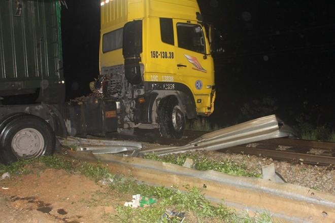 Khi tài xế cho xe chạy đến xã Diễn Trường, thì bất ngờ mất lái húc tung hơn 30 mét hộ lan trên quốc lộ 1A rồi lao vào chắn ngang đường sắt.