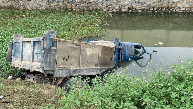 Chiếc xe tải bị húc văng xuống ao nước