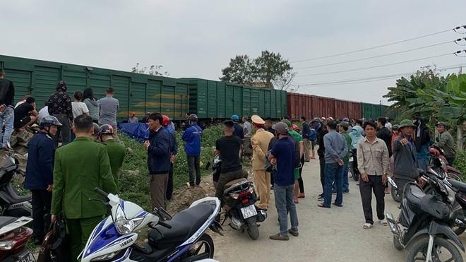 Vào thời điểm trên, tài xế Nguyễn Xuân Hùng (28 tuổi) trú phường Vinh Tân điều khiển xe tải mang BKS: 37C - 017.21 chở đất băng qua đường ngang dân sinh.