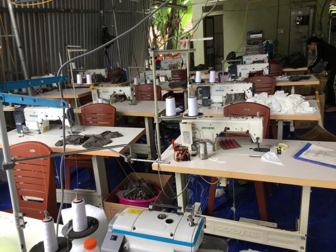 Máy móc tại xưởng sản xuất khẩu trang không đạt chuẩn của ông Đại