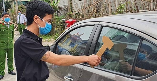 Vương Văn Long trong buổi thực nghiệm lại hiện trường gây ra hàng loạt vụ đập kính xe