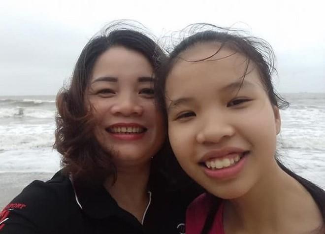 Em Kim Ngân cùng mẹ (ảnh do gia đình cung cấp)