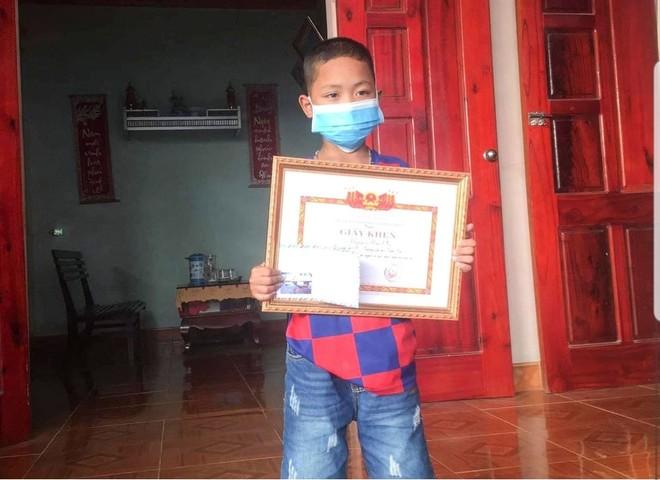 Em Nguyễn Hữu Phúc nhận phần thưởng động viên về hành động dũng cảm của mình