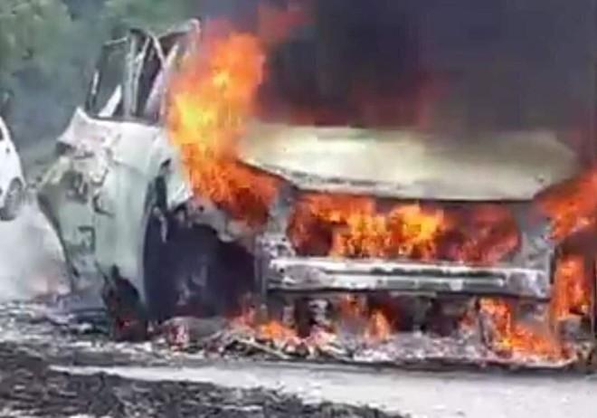 Ngọn lửa nhanh chóng bao trùm và nuột gọn chiếc xe (ảnh cắt từ clip)