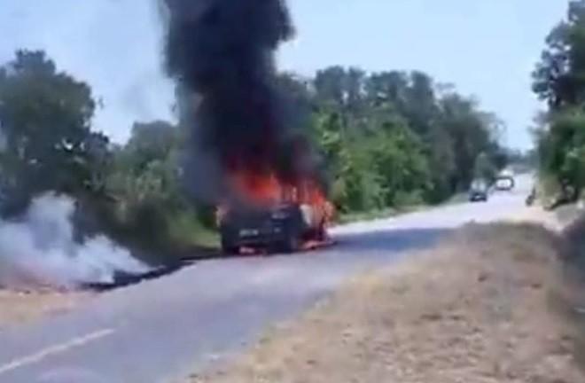 Vào thời điểm trên, tài xế điều khiển xe ô tô mang BKS: 37A – 406.29 lưu thông trên đường thì lửa bất ngờ bốc lên từ dưới gầm xe. Phát hiện có cháy, người dân sống hai bên đường đã tìm cách dập lửa và đưa tài xế đang mắc kẹt trong xe ra ngoài.