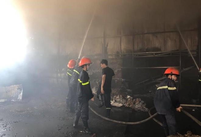 Các cán bộ chiến sỹ PCCC đang nỗ lực khống chế đám cháy