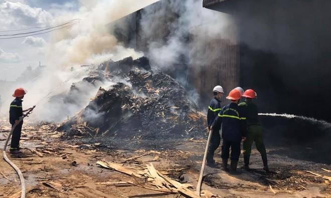 Huy động 50 cán bộ chiến sỹ PCCC dập lửa ở cơ sở chế tạo viên nén gỗ