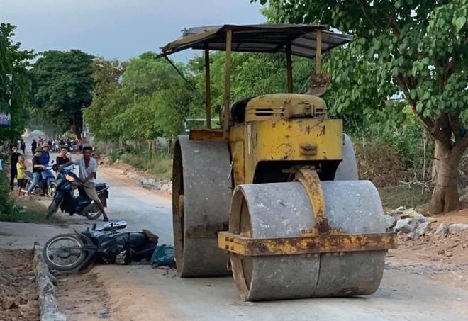 Vào khoảng 18h chiều cùng ngày, bà Nguyễn Thị Văn (SN 1964) trú xã Giang Sơn Đông, huyện Đô Lương điều khiển xe máy lưu thông trên đường. Khi đi đến đoạn đường trước cổng trường mầm non xã Giang Sơn Tây thì không may bị ngã.