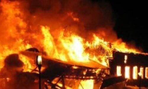 Trên đường đi làm về anh S. bị tạt xăng rồi châm lửa đốt khiến anh bị bỏng nặng (ảnh minh họa)
